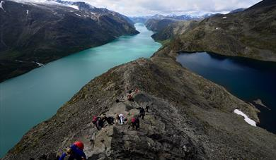 Picture of a groupe event crossing the besseggen ridge with guiding by Aktiv i Lom.