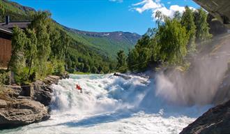 Person going over the Prestfossen zipline - Aktiv i Lom